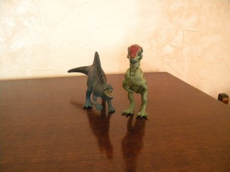 Spinosaure Papo (Spyro), Pachycéphalosaure Jurassic Park (Frère toc). Crédit : Chris Bellabas