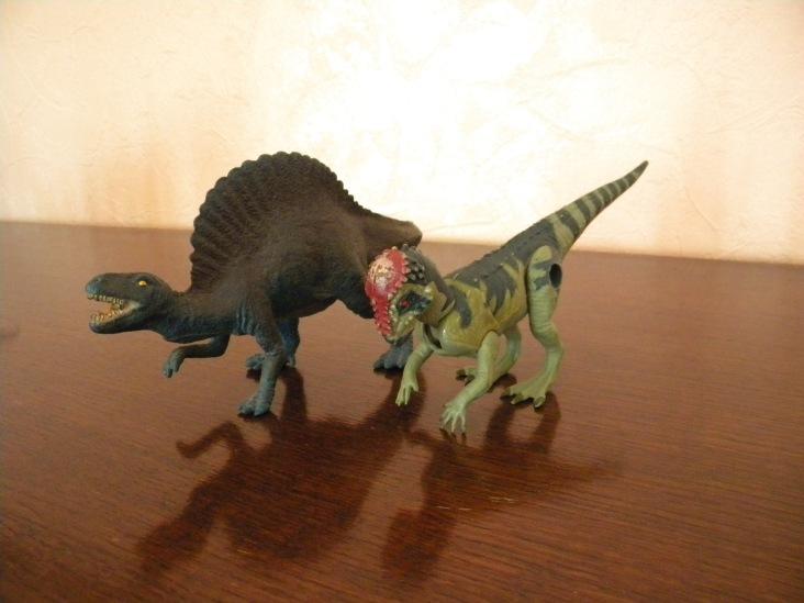 Spinosaure Papo (Spyro), Pachycéphalosaure Jurassic Park (Frère toc), mes deux premières figurines après le dinosaure moche. Crédit : Chris Bellabas