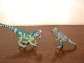 À gauche : pachycéphalosaure Jurassic Park. À droite : pachycéphalosaure papo. Crédit : Chris Bellabas