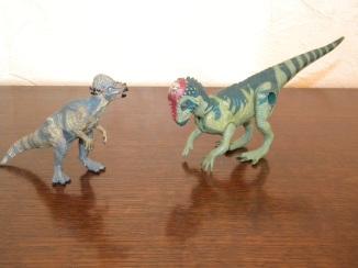 À gauche : Pachycéphalosaure Papo. À droite : pachycéphalosaure Jurassic Park. Crédit : Chris Bellabas