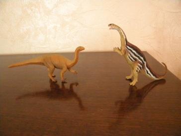 À gauche : platéosaure Schleich. À droite : platéosaure Safari. Crédit : Chris Bellabas