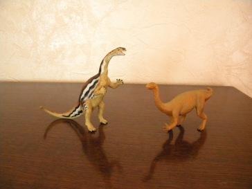 À gauche : platéosaure Safari. À droite : platéosaure Schleich. Crédit : Chris Bellabas