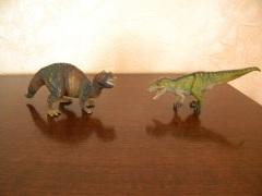 Cératosaures Schleich (à gauche) et Papo (à droite). Crédit : Chris Bellabas