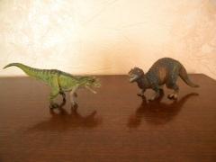 Cératosaures Papo (à gauche) et Schleich (à droite). Crédit : Chris Bellabas