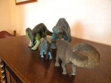 De gauche à droite : apatosaure Safari, bébé apatosaure Schleich, adulte apatosaure Schleich, apatosaure Papo. Crédit : Chris Bellabas
