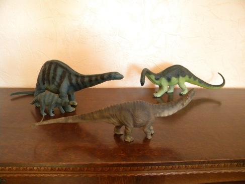 De gauche à droite : adulte et bébé apatosaures Schleich, apatosaure Papo, apatosaure Schleich. Crédit : Chris Bellabas