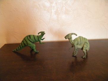 À gauche : parasaurolophus Schleich. À droite : parasaurolophus Papo. Crédit : Chris Bellabas