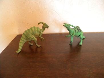 À gauche : parasaurolophus Papo. À droite : parasauropholus Schleich. Crédit : Chris Bellabas