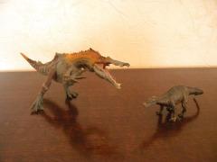 À gauche : baryonyx Papo. À droite : baryonyx Schleich. Crédit : Chris Bellabas