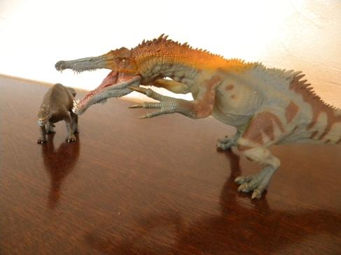 À gauche : Baryonyx Schleich. À droite : baryonyx Papo. Crédit : Chris Bellabas