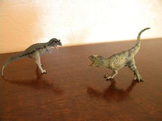 À gauche : carnotaure Safari. À droite : carnotaure Papo. Crédit : Chris Bellabas