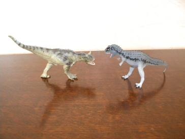 À gauche : carnotaure Papo. À droite : carnotaure Safari. Crédit : Chris Bellabas