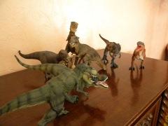 De gauche à droite : T-rex vert courant (Papo), T-Rex rugissant (Collecta), T-Rex gris (Bullyland), Bébé T-Rex (Papo), T-Rex brun assis (Papo), T-Rex brun (Schleich), T-Rex bicolore courant (Papo), T-Rex orange et noir (Safari). Crédit : Chris Bellabas