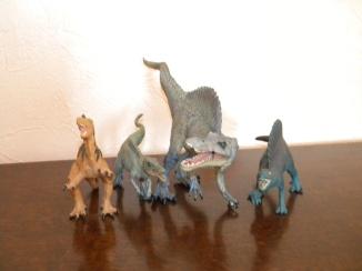 De gauche à droite : spinosaure Safari, bébé spinosaure Papo, adulte spinosaure Papo, spinosaure Schleich