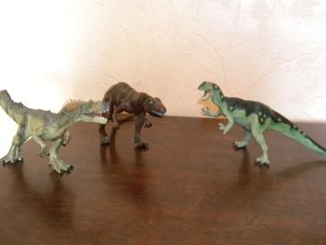 De gauche à droite : allosaure Papo, allosaure Schleich, allosaure Safari. Crédit : Chris Bellabas