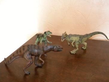 De gauche à droite : allosaure Schleich, allosaure Safari, allosaure Papo. Crédit Chris Bellabas