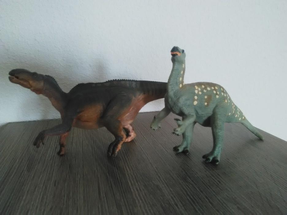 Iguanodon Papo et iguanodon Safari. Crédit : Chris Bellabas
